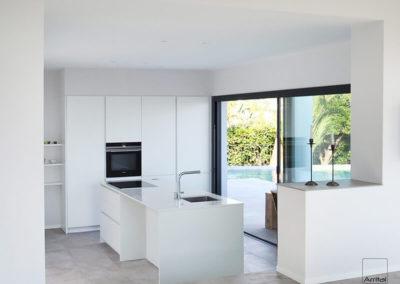 cocina-blanca-isla-arrital